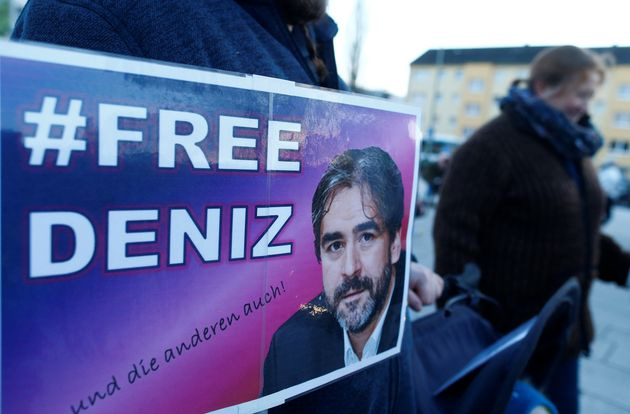 Ελεύθερος ο δημοσιογράφος της Die Welt Ντενίζ Γιουτζέλ που εδώ και ένα χρόνο κρατούνταν στην Τουρκία...