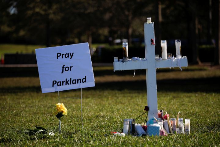A cross commemoratingthe victims of the shooting at Marjory Stoneman Douglas High Schoolsits in a park in Parklan