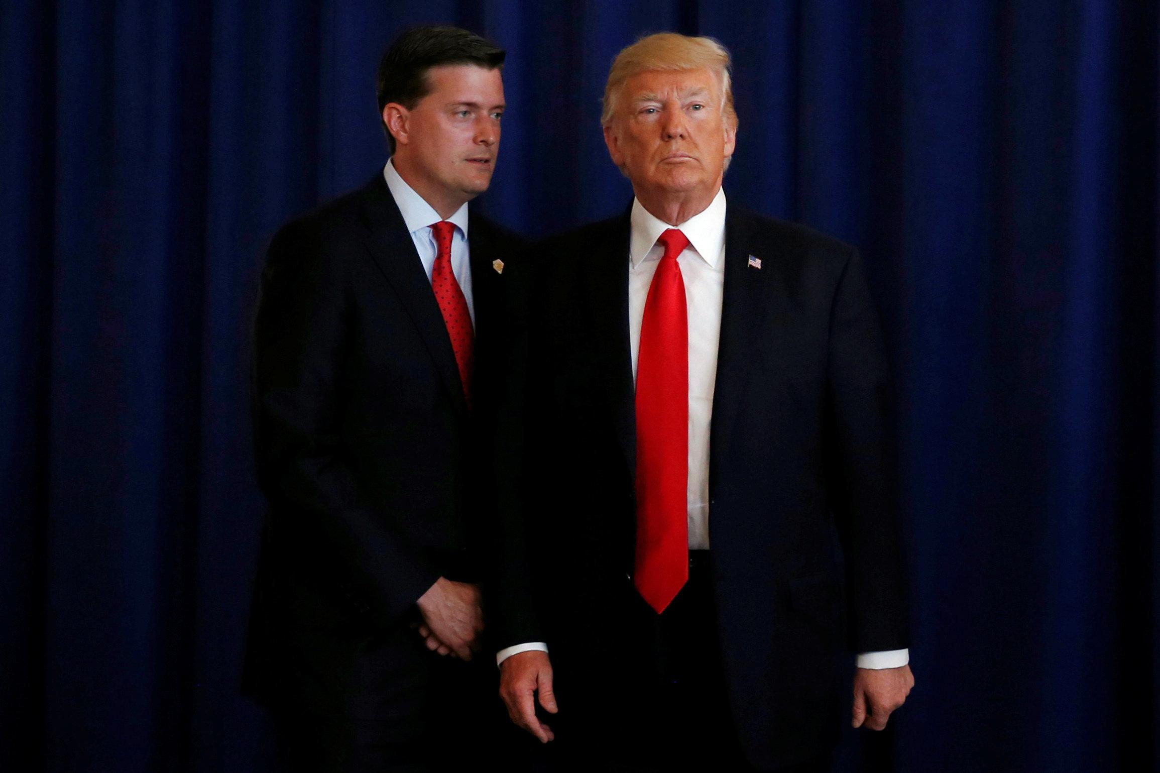 Donald Trump y Rob Porter (i), el entonces jefe de personal de la Casa Blanca, comparecen juntos en