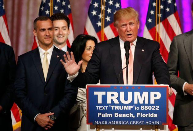 Trump da un discurso junto a Corey Lewandowski, su entonces jefe de campaña, en