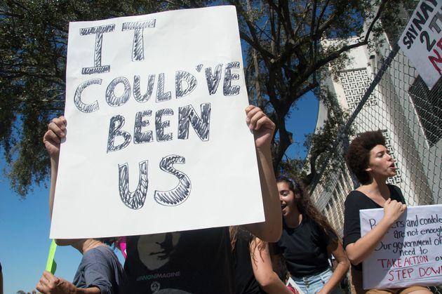 銃乱射事件に激怒。フロリダの高校生が授業をボイコットして抗議デモ
