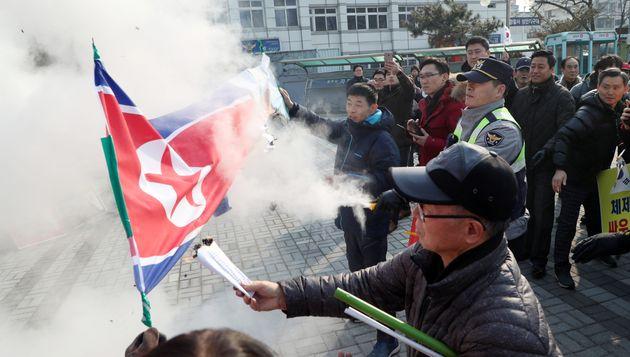 북한 인공기 태운 보수단체,