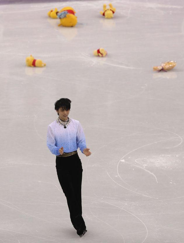 2월 16일, 하뉴 유즈루의 쇼트프로그램 연기가 끝난 뒤 빙판 위로 '곰돌이 푸' 인형이 쏟아지고
