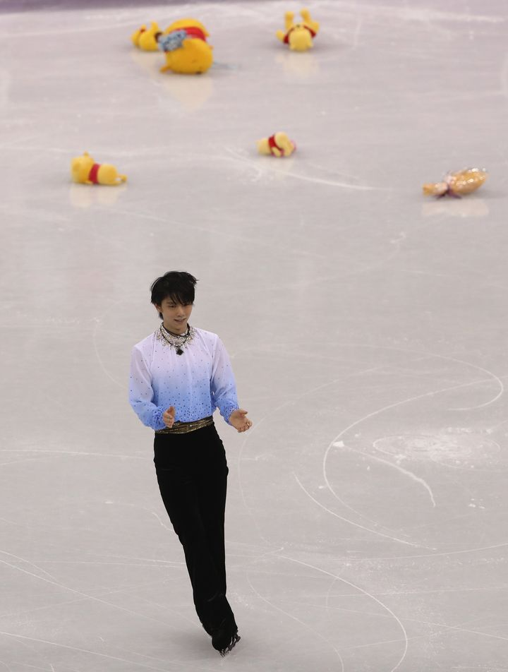 2월 16일, 하뉴 유즈루의 쇼트프로그램 연기가 끝난 뒤 빙판 위로 '곰돌이 푸' 인형이 쏟아지고 있다.