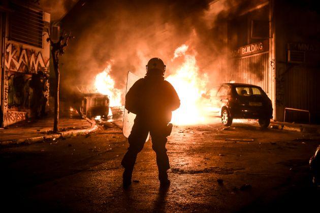 Ένας αστυνομικός τραυματίστηκε ελαφρά στα Εξάρχεια κατά τη διάρκεια συγκρούσεων αγνώστων με διμοιρίες...