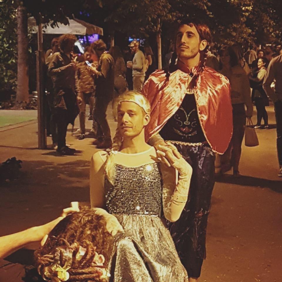 Unterwegs im Prinzessin Elsa-Kostum Kinder sind begeistert ganz im Unterschied zu