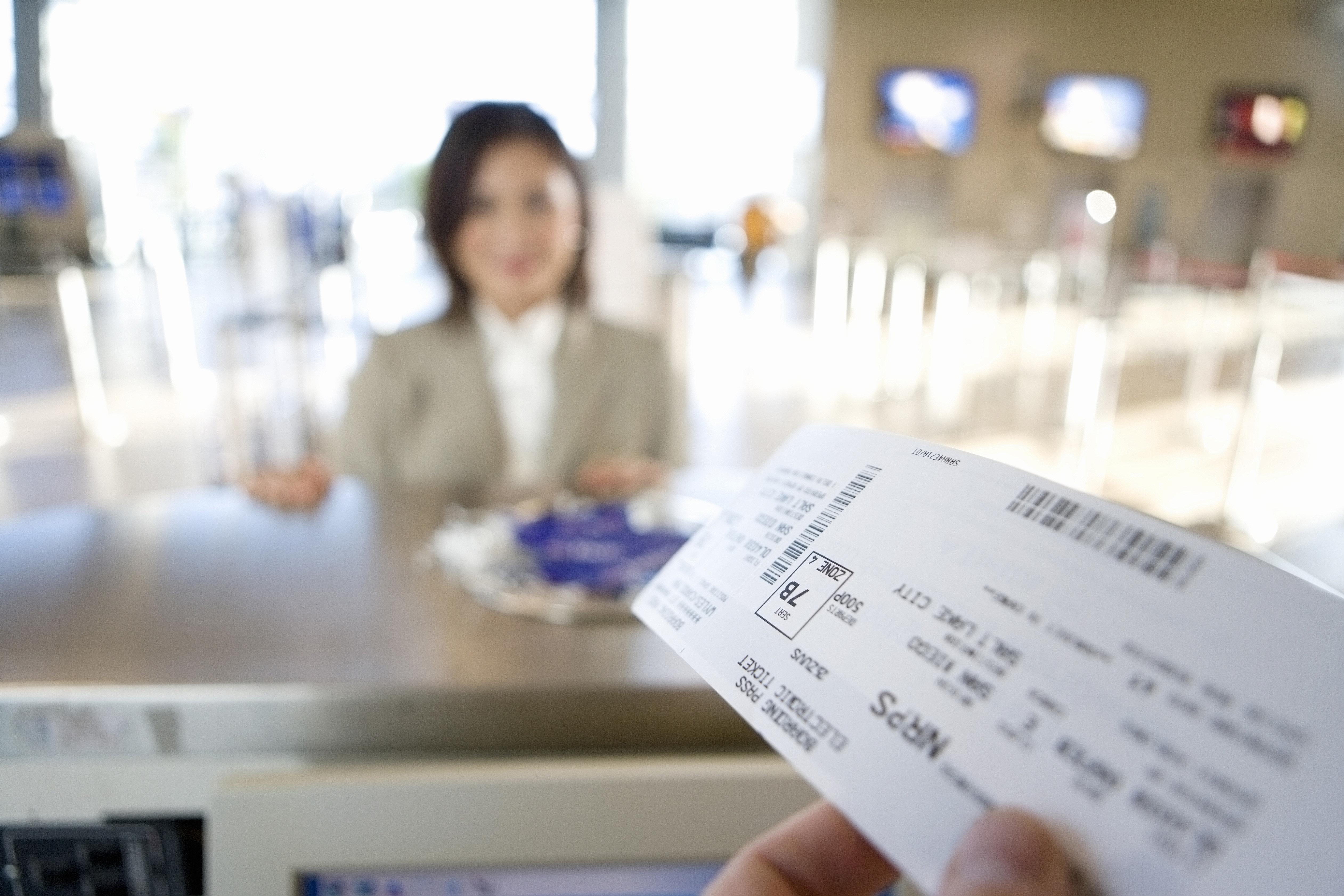 Flughafenmitarbeiterin wird stutzig, als sie ein Flugticket sieht – und rettet damit 2 Mädchen das Leben