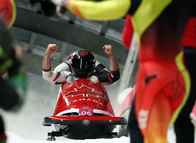 저스틴 크립스-알렉산더 코파치(캐나다) 조가 결승선을 통과한 뒤 환호하는
