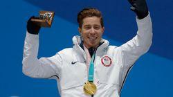 숀 화이트가 한 한국 남성에게 자신의 금메달을 걸어준