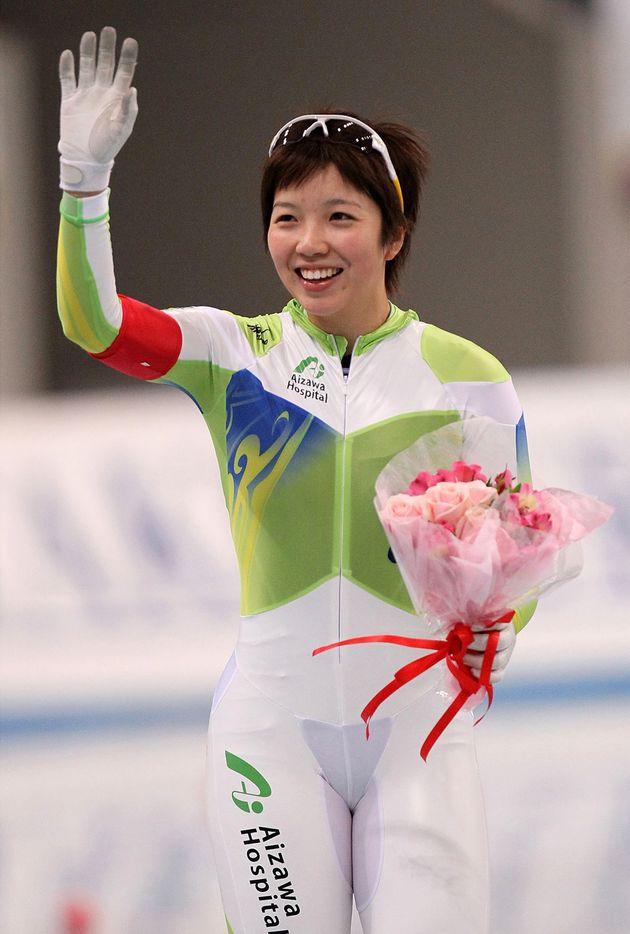2009년 12월, 일본 나가노에서 열린 밴쿠버 동계 올림픽 예선에 출전한 고다이라 나오. 그의 허벅지 부분에 '아이자와 병원'의 로고가 새겨져