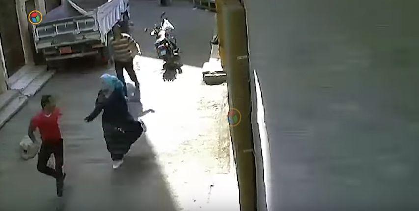 Mann begrapscht Frau auf der Straße – und bekommt, was er verdient hat