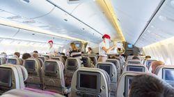 Stewardess belauscht junges Paar in Flugzeug - kurz darauf müssen sie die Maschine verlassen