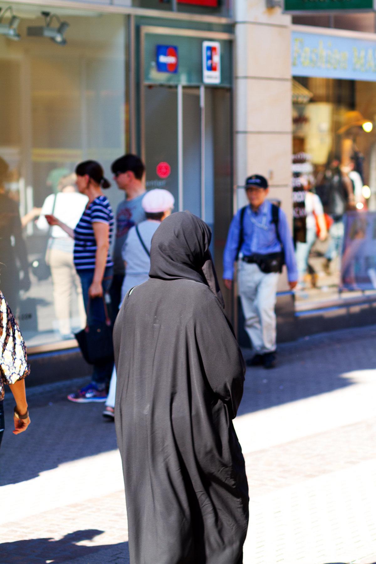 Berlin: Frau beleidigt Muslimin und reißt ihr die Burka vom Kopf