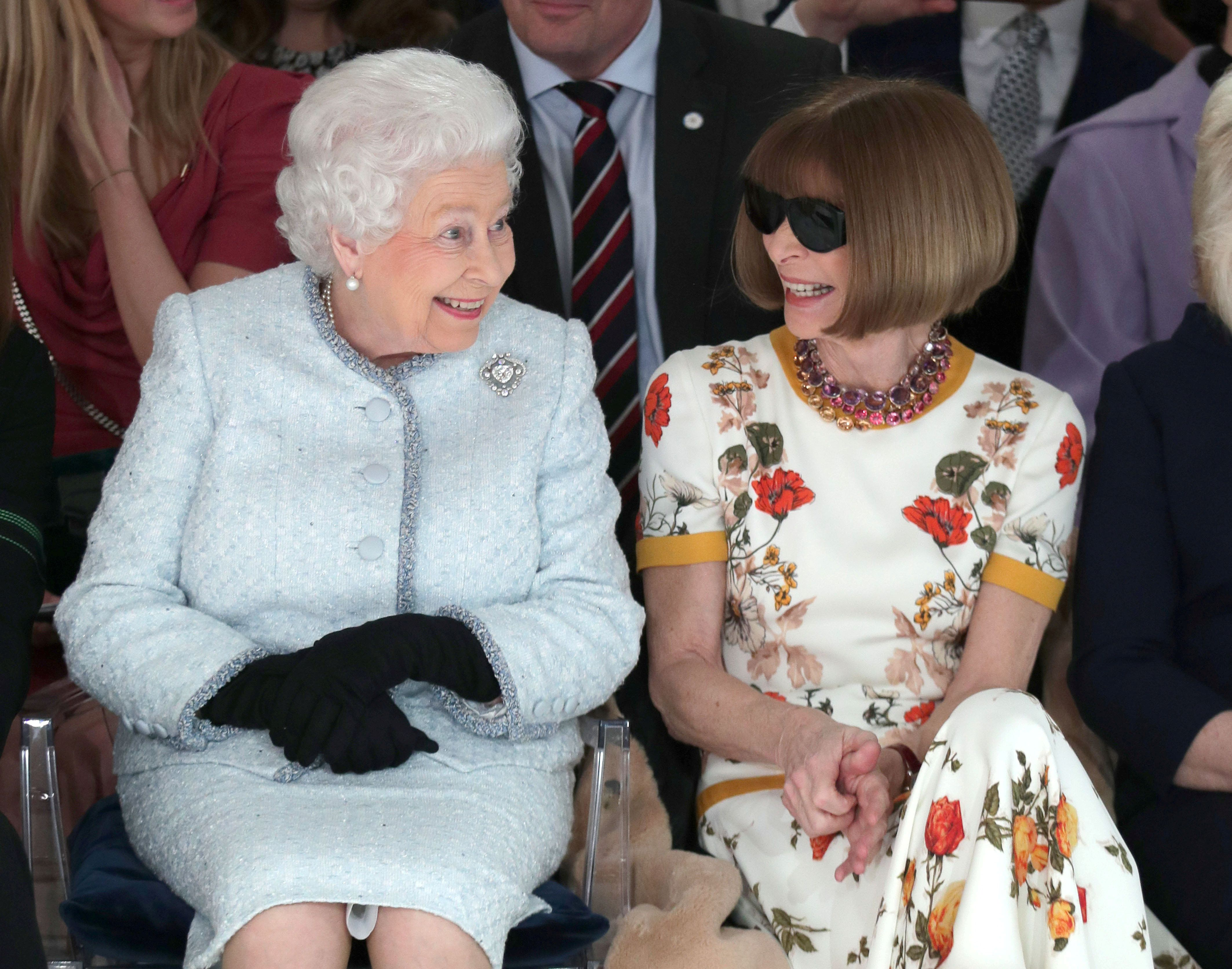H εμφάνιση-έκπληξη από τη Βασίλισσα Ελισάβετ στην Εβδομάδα Μόδας του Λονδίνου που ξετρέλανε το διαδίκτυο