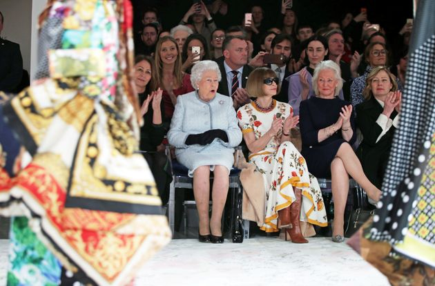 H εμφάνιση-έκπληξη από τη Βασίλισσα Ελισάβετ στην Εβδομάδα Μόδας του Λονδίνου που ξετρέλανε το