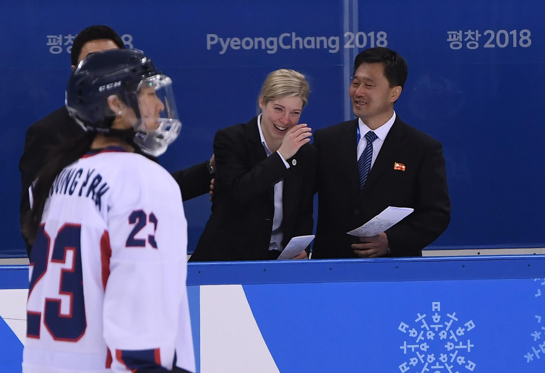 새라 머리 감독이 북한 박철우 코치에게 감사의 마음을