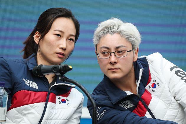 여자 아이스하키 단일팀 박종아(왼쪽)와 랜디 희수 그리핀이 21일 강원도 강릉올림픽파크 코리아하우스에서 열린 여자 아이스하키 단일팀 기자회견에서 대화하고