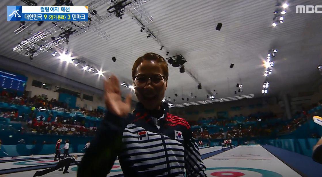8연승, 1위로 예선 마친 여자 컬링팀이 활짝