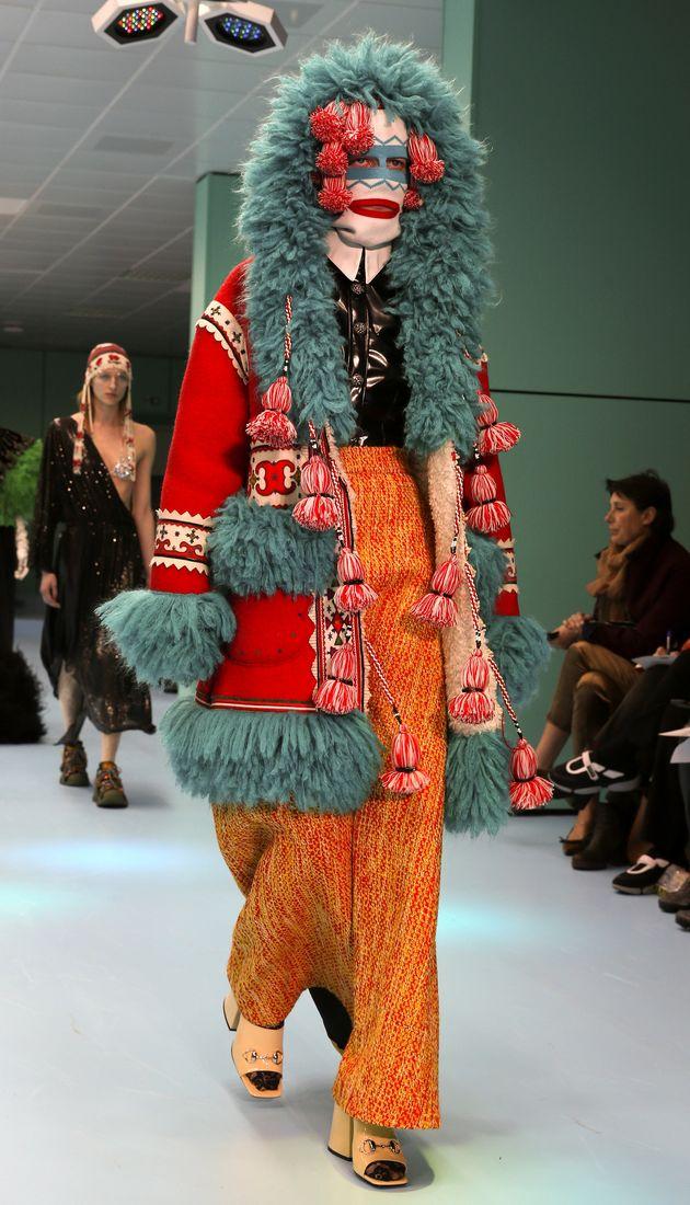 El inquietante desfile de Gucci que muestra a modelos con la cabeza