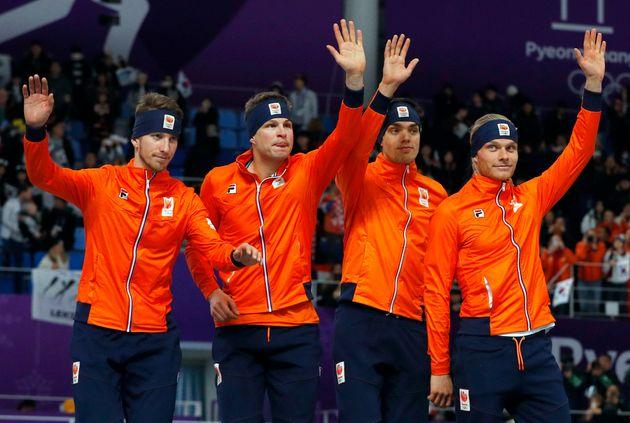 네덜란드 팀추월 선수들이 관객에게 상패를