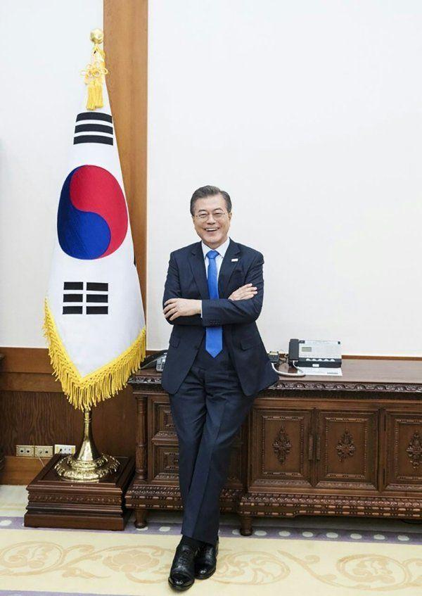 영국 월간 매거진 모노클(Monocle)이 22일 평창겨울올림픽을 계기로 발간한 한국 특집판에 문재인 대통령과 김정숙 여사의 인터뷰가 게재됐다. 사진은 지난 1월 청와대 본관에서 인터뷰에...