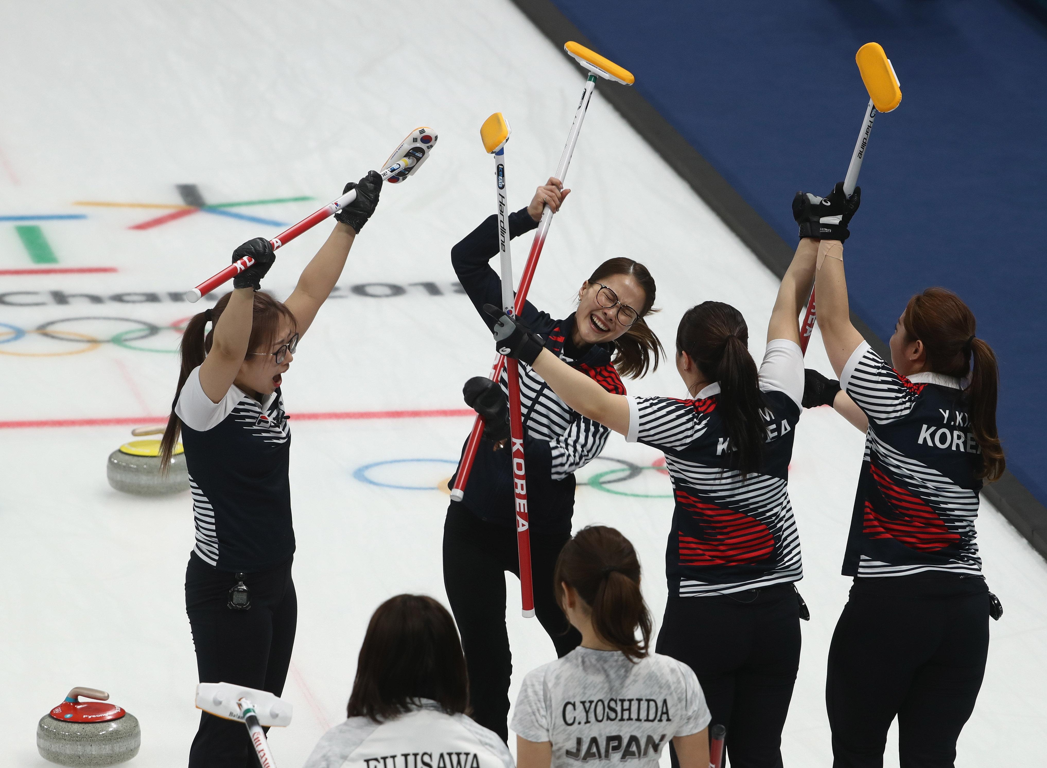 여자 컬링 대표팀의 승리 후 모두가 감격하고