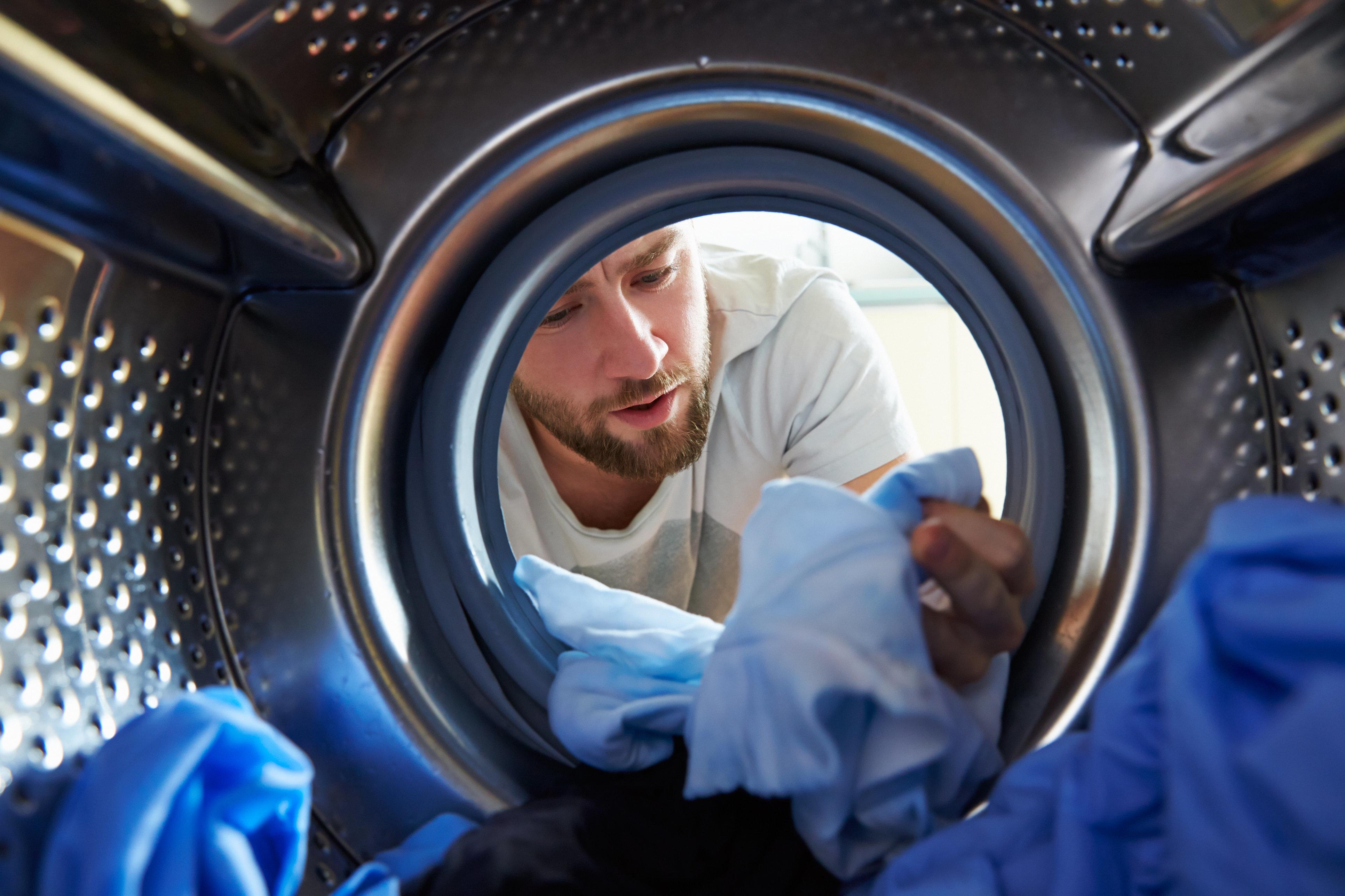 Θέλει το πλυντήριο πλύσιμο; Αν μυρίζουν τα ρούχα σας, τότε