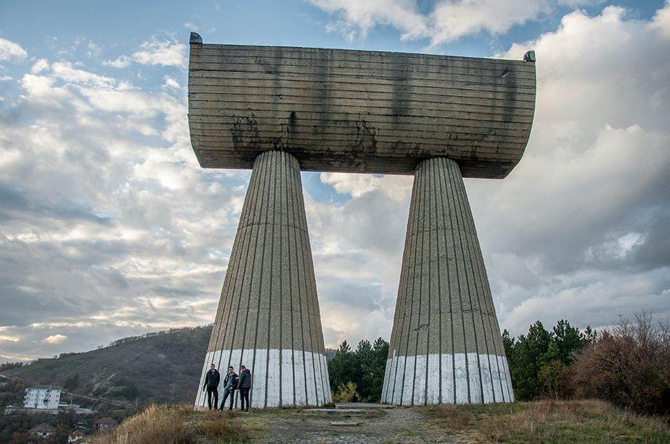 Το μνημείο των Μεταλλωρύχων της Μιτρόβιτσα,  φόρος τιμής στους Σέρβους και Αλβανούς νεκρούς του Β' Παγκοσμίου Πολέμου.
