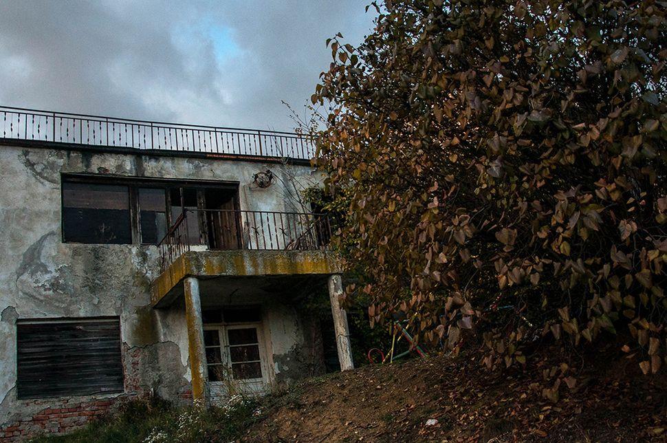 Σημάδια από τον πόλεμο του '99 σε εγκαταλελειμμένο σπίτι στη βόρεια Μιτρόβιτσα.