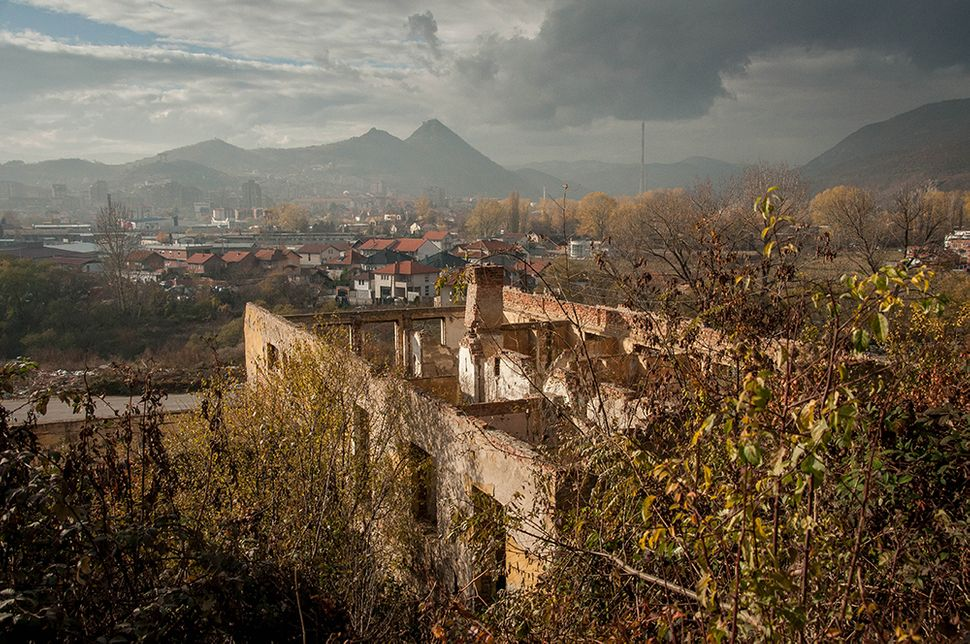 Σημάδια από τον πόλεμο του '99 σε εγκαταλελειμμένο σπίτι στη νότια Μιτρόβιτσα.