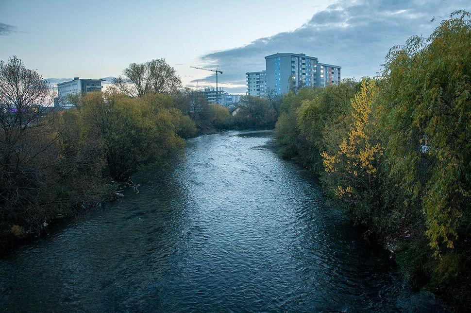Ο ποταμός Ίμπαρ, το φυσικό χώρισμα των δύο περιοχών της Μιτρόβιτσα.