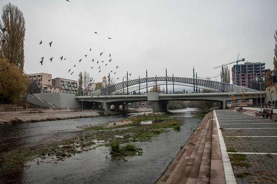 Η γέφυρα της Μιτρόβιτσα που χρησιμοποιείται ως στρατιωτικό σημείο ελέγχου και de facto σύνορο μεταξύ των δύο πλευρών.