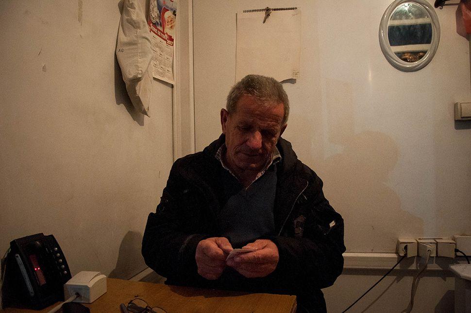 Ο Ismet συνεχίζει ακόμα να δουλεύει ως υπάλληλος του σταθμού λεωφορείων από τότε που η Μιτρόβιτσα ήταν κεντρικός κόμβος την περίοδο της ενωμένης Γιουγκοσλαβίας.