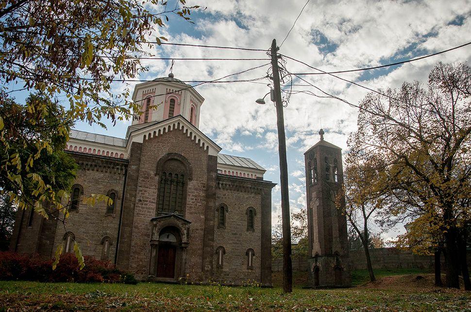 Σερβική εκκλησία εντός της αλβανόφωνης περιοχής που φυλάσσεται από την αστυνομία.