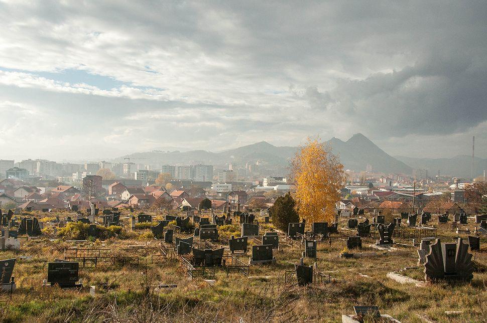 Σερβικό νεκροταφείο στη νότια αλβανόφωνη Μιτρόβιτσα το οποίο καταστράφηκε μετά τον πόλεμο και ανακατασκευάστηκε με χρήματα της ΕΕ.