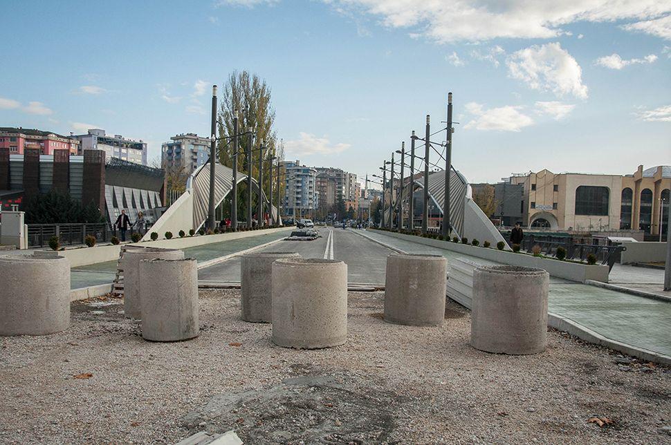 Η γέφυρα της Μιτρόβιτσα, το σύμβολο της διχοτόμησης όπως φαίνεται από τη βόρεια Μιτρόβιτσα (στο βάθος η νότια Μιτρόβιτσα).