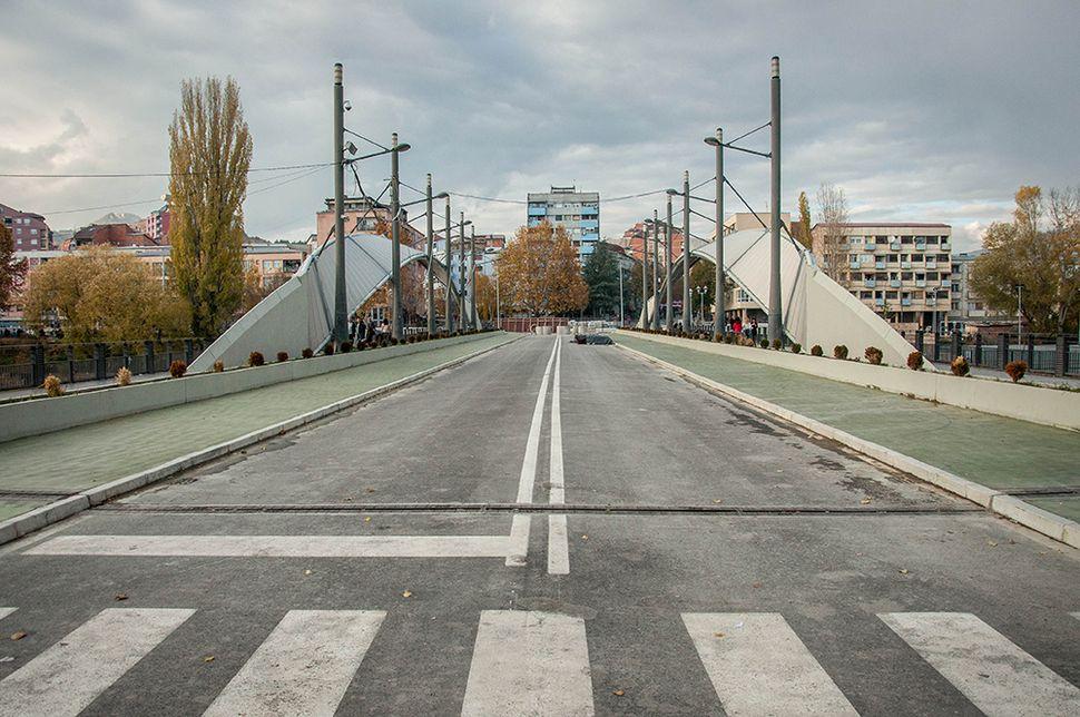 Η γέφυρα της Μιτρόβιτσα, το σύμβολο της διχοτόμησης όπως φαίνεται από τη νότια Μιτρόβιτσα (στο βάθος η βόρεια Μιτρόβιτσα).