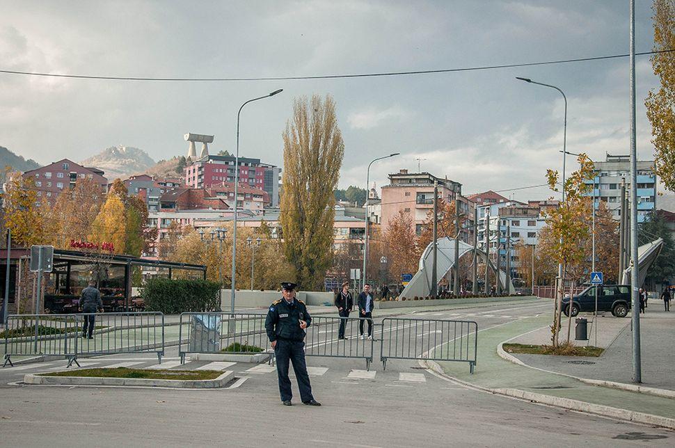 Οι αστυνομικές δυνάμεις περιπολούν τη Γέφυρα της Μιτρόβιτσα.