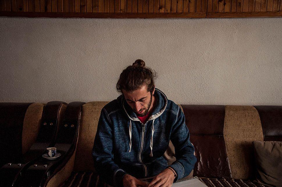 Ο Genti, νέος αλβανόφωνος της Μιτρόβιτσα, ελπίζει σε μια ειρηνική συνύπαρξη με τους Σέρβους, στη δυνατότητα εύρεσης εργασίας σε μία «χώρα» όπου τα ποσοστά ανεργίας είναι στα ύψη και σε μια κατάσταση του Κοσόβου που να του επιτρέπει να ταξιδεύει σε άλλες χώρες χωρίς να μπλέκεται με την απαγορευτική γραφειοκρατία και την σχεδόν αδύνατη έγκριση της βίζας.