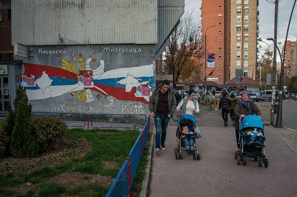 Φιλοσερβικό και φιλορωσικό γκράφιτι με τον χάρτη του Κοσόβου μπροστά από τη σερβική σημαία και το χάρτη της Κριμαίας μπροστά από τη ρωσική σημαία σε δρόμο της βόρειας Μιτρόβιτσα.