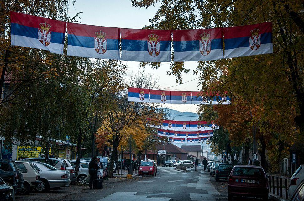 Παντού σερβικές σημαίες υπενθυμίζουν ότι η περιοχή για τους κατοίκους παραμένει στη Σερβία αν και τα τελευταία χρόνια έχει δημιουργηθεί Σερβικό κόμμα του βόρειου Κοσόβου που κατεβαίνει κανονικά στις εκλογές του Κοσόβου.