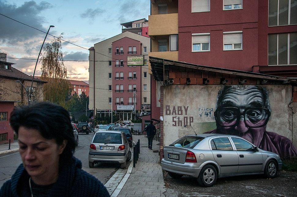 Γκράφιτι σε δρόμο της βόρειας Μιτρόβιτσα.