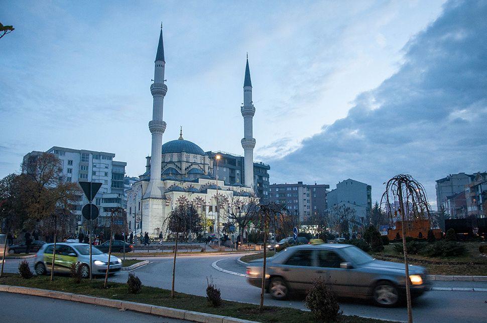 Το τζαμί Bajram Pasha στη νότια Μιτρόβιτσα, χτισμένο μετά τον πόλεμο του Κοσσυφοπεδίου.