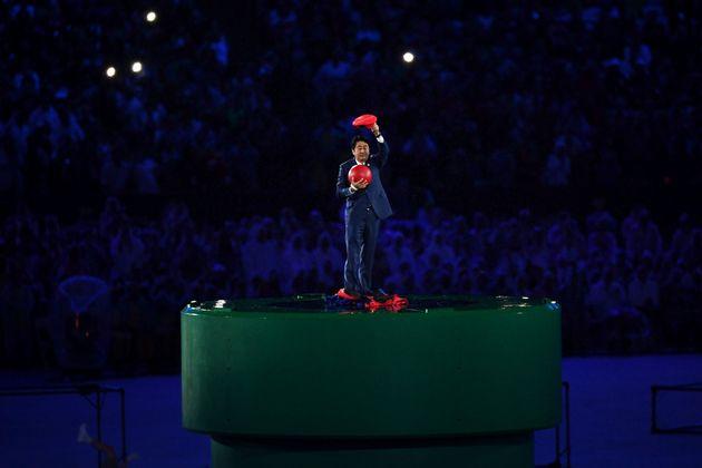 2016 리우 올림픽 폐회식에서 파이프에서 튀어나온 슈퍼 마리오를 연기하는 아베 신조 일본