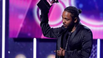 "60th Annual Grammy Awards – Show – New York, U.S., 28/01/2018 – Kendrick Lamar accepts the best rap album Grammy for ""Damn."" REUTERS/Lucas Jackson     TPX IMAGES OF THE DAY"