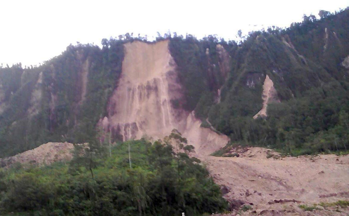 A supplied image shows a landslide and damage to a road located near the township of Tabubil after an earthquake that struck Papua New Guinea's Southern Highlands, February 26, 2018.    Jerome Kay/Handout via REUTERS    ATTENTION EDITORS - THIS IMAGE WAS PROVIDED BY A THIRD PARTY.