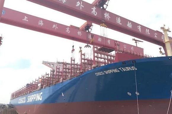 Το γιγαντιαίο πλοίο Cosco Shipping Taurus στο λιμάνι του