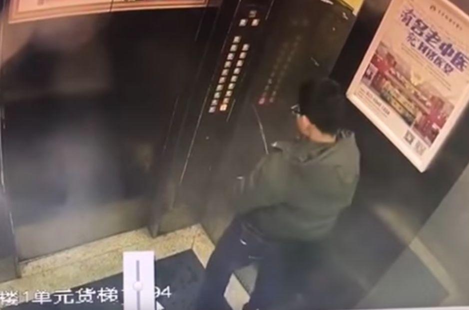 Junge pinkelt in den Fahrstuhl – und bereut es sofort