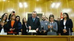 Η τούρτα των δημοσιογράφων για τα 64α γενέθλια του