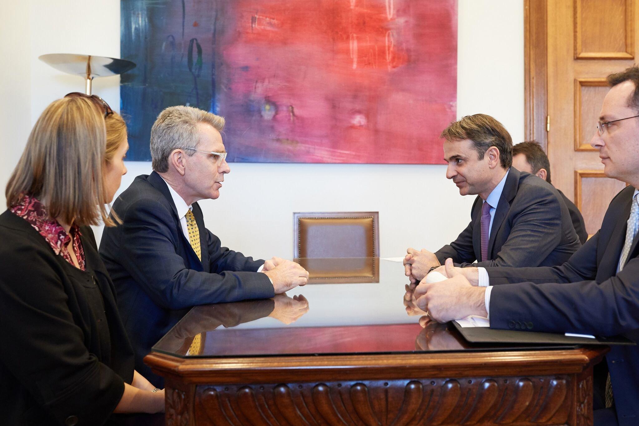 Τελικά είπε ή δεν είπε ο Αμερικανός πρέσβης στον Μητσοτάκη ότι δεν υπάρχουν Έλληνες πολιτικοί στις έρευνες του